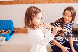 The little girl to play on the flute
