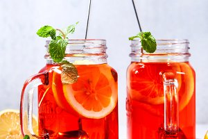 Iced tea with orange and raspberry i