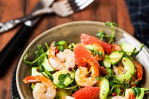 Delicious fresh salad with prawns