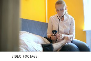 Doctor measures blood pressure home
