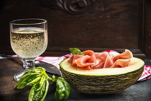 Perl wine with ham and melon