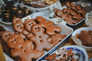 Smiling gingerbread mans