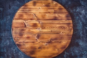 Round empty wooden cutting board on