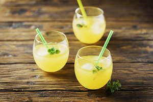 cocktails with ice and mint