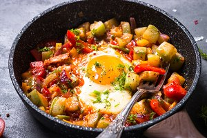 Fried egg with vegetables.