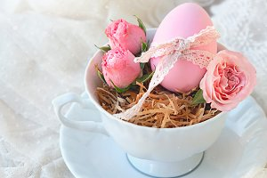 colored eggs, flowers roses in Cup