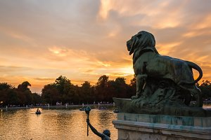 Lion sculpture in Buen Retiro park