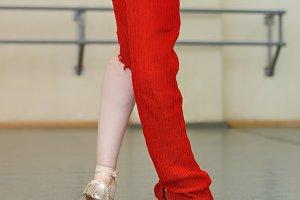 Legs of ballerina in leggings pointe