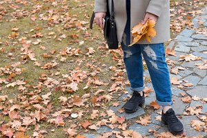 girl's autumn in the Park in jeans a