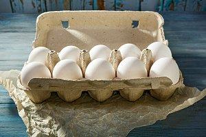Packing of white eggs