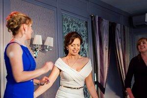 Emotion bride dances on the dance