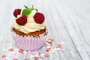 Cupcake with fresh raspberries