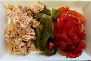 Tuna with roasted colored peppers