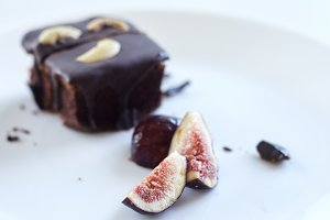 sliced fig with chocolate cake