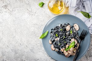Black pasta with champignons