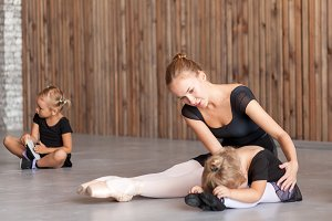 Ballerina teach girls
