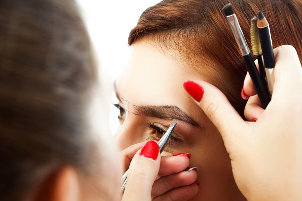 Master on the eyebrows corrects the…