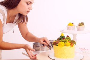 Confectioner cook cake