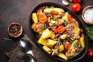 Chicken baked with vegetables.