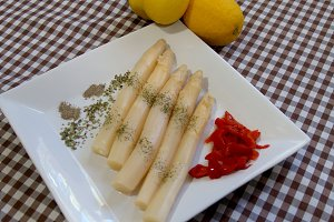 White asparagus on tray and lemons