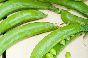 fresh green peas 100.jpg