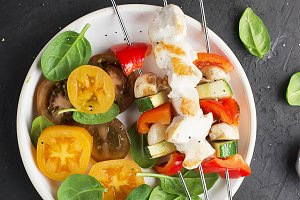 Skewers with chicken fillet, capsicu