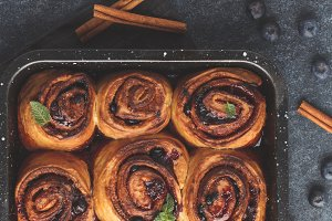Cinnamon buns with blueberry