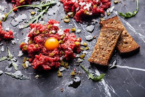 Beef tartare with toasts