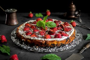 Strawberry cake with oreo