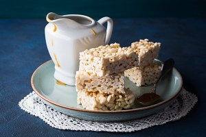 Sweet puffed rice bars with caramel