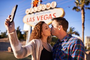 vegas couple kissing selfie