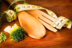 Cooked broccoli and tape measure. di