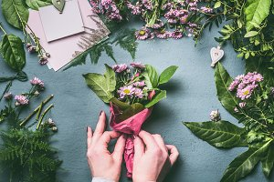 Hands making flowers bouquet