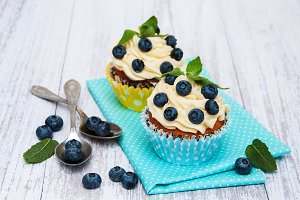 Cupcakes with fresh blueberries