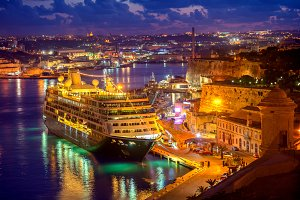 cruise ship in Grand Harbour in nigh