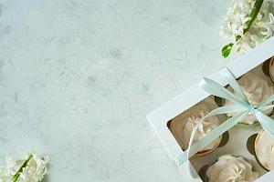 vanilla capcake in a cardboard box o