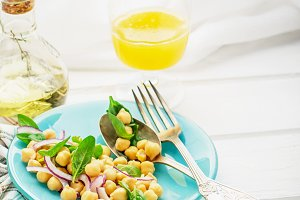 Light salad with spinach, chickpeas