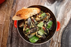 Mussels cooked with curry sauce
