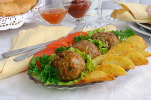 Meatballs with herbs and potatoes