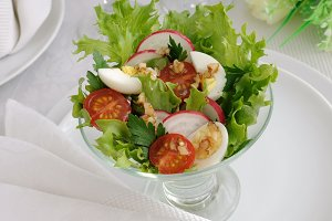 Salad   vegetables with quail eggs