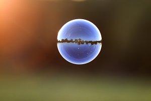яркий мыльный пузырь с пейзажем