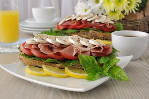 Sandwich with ham and mushrooms