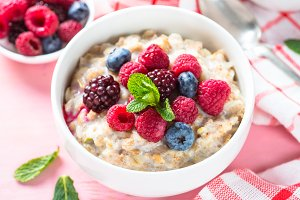 Oatmeal porrige with milk and berries.