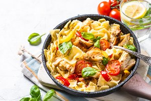 Pasta with chicken and vegetables.