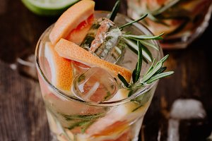 Drink with rosemary and grapefruit