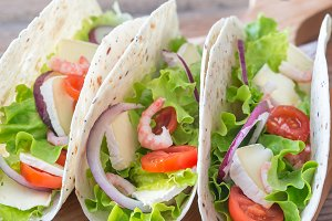 Tacos with shrimps and brie
