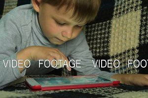 Little kid is going to play on tablet PC