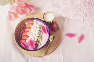 Smoothie bowl with fresh berries