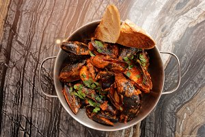 Mussels cooked with hot sauce