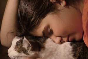 teenager girl cuddle hug her cat pet